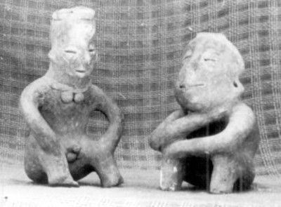 Figuras de barro huecas, sedentes