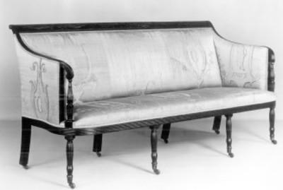 """Sofá tapizado en tela y orillas de madera, exhibido en el """"Museo Metropolitano de Arte"""""""