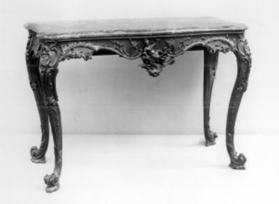 Mesa con base de madera y cubierta de mármol, exhibida en el Museo Metropolitano de Arte