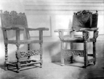 Sillas de madera tallada, con brazos a los costados, exhibidas en el Antiguo Museo Nacional