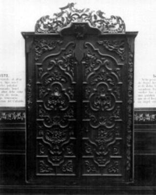 Puerta de confesionario en madera tallada, exhibida en el Antiguo Museo Nacional