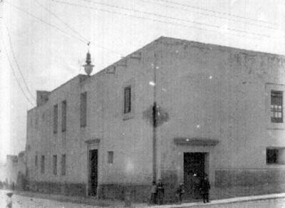 Gente a fuera de la cárcel del Obispado, donde estuvo preso Matamoros