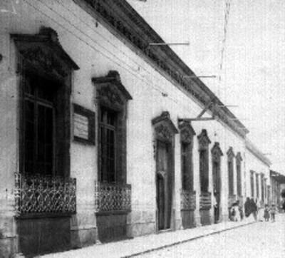 Gente camina frente a la casa en que nació el padre Luciano Navarrete