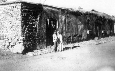 """Hombres a fuera de la """"Casa del Coronel Pérez"""", tarjeta postal"""
