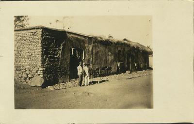 """Hombres afuera de la """"Casa del Coronel Pérez"""", tarjeta postal"""
