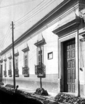 Hombre trabaja en reparación frente a la casa donde nació Agustín de Iturbide
