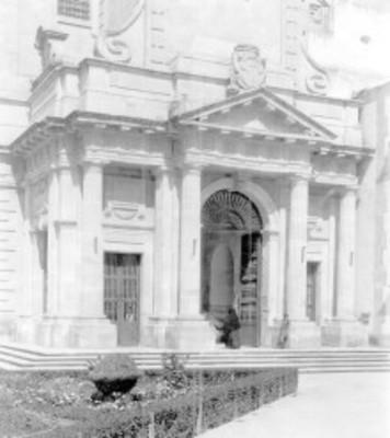 Gente a la entrada de una iglesia