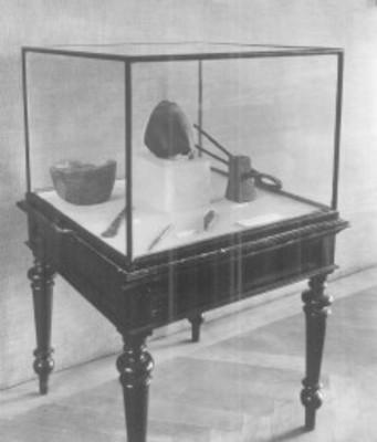 Vitrina con objetos en el Museo Nacional de Praga, sección de prehistoria