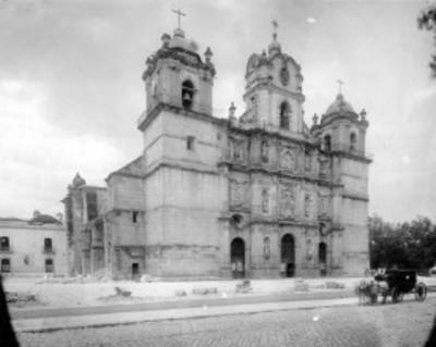 Hombre en carruaje frente a la Catedral de Oaxaca, vista general