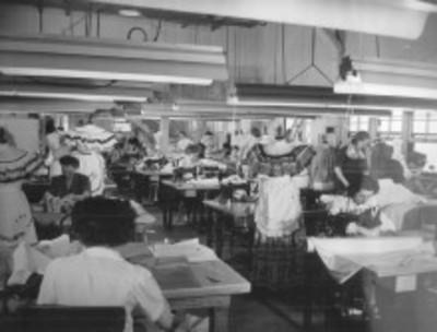 Costureras trabajan en el departamento de vestuario femenino de la 20th Century Fox