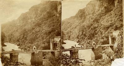 Hombres sobre puente en Colimilla