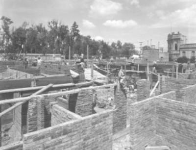 Hombres trabajan en construcción