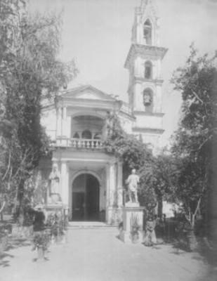 Atrio y entrada principal de una iglesia