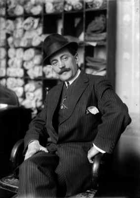 Manuel Gamio, arqueólogo y Jefe del Departamento de Antropología, en un estudio, retrato