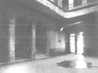 Patio en casa colonial de dos plantas