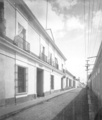 Casas habitación en una calle empedrada, exteriores