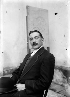 Manuel Gamio, Jefe del Departamento de Antropología, en una habitación, retrato
