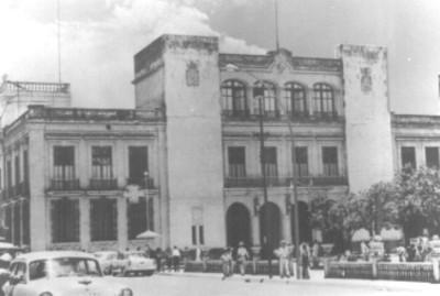 Fachada de edificio y plaza pública
