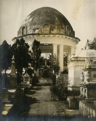 Monumento funerario en un panteón, vista parcial