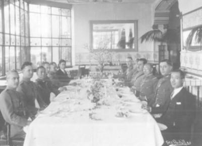 Lázaro Cárdenas del Río y otros militares, en un banquete