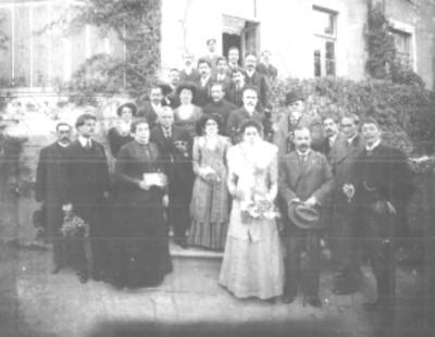 Licenciados Justo Sierra y Ezequiel Chávez con un grupo de personas, retrato de grupo