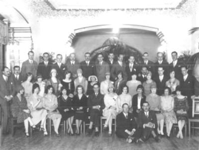 Grupo de hombres y mujeres en un salón de eventos, retrato de grupo