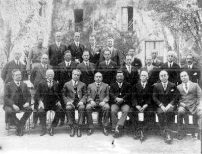 Hombres sentados y de pie, retrato de grupo