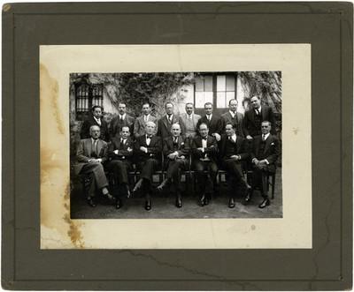 Retrato de grupo de hombres en un jardín