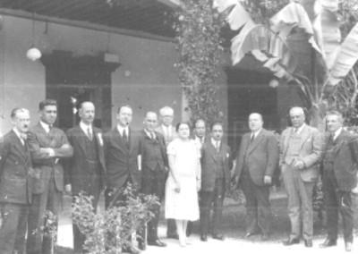 José Manuel Puig con un grupo de personas en una terraza