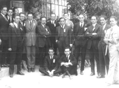 Grupo de hombres retratados en un jardín
