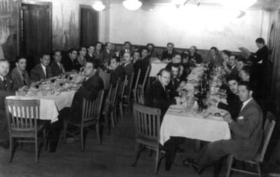 Felipe Teixidor con otros caballeros en un restaurante, retrato de grupo