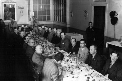 Efraín Buenrostro Ochoa con otros hombres en un banquete, retrato de grupo
