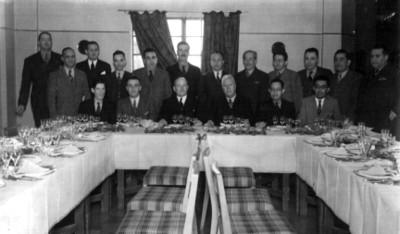 Felipe Teixidor y otros hombres durante un banquete, retrato de grupo