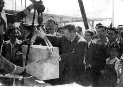 Manuel Ávila Camacho en la colocación de la primera piedra de una edificación