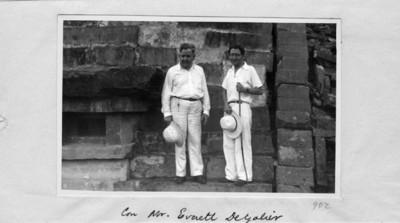 """""""Felipe Teixidor y Mr. Everett"""" en la pirámide de los nichos, retrato"""