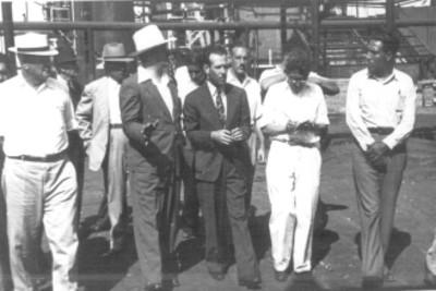 Felipe Teixidor, Efraín Buenrostro y acompañantes en un recorrido por refinería