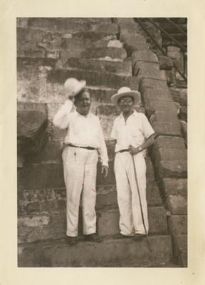 Felipe Teixidor y Oscar Chapman al pie de una pirámide, retrato
