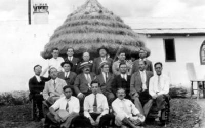 Felipe Teixidor acompañado de hombres, retrato de grupo