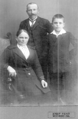 Padres con su hijo, retrato familiar