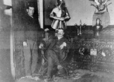 Hombres junto a una armadura española, retrato