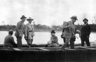 Grupo de hombres en una canoa en el río Tuxpan