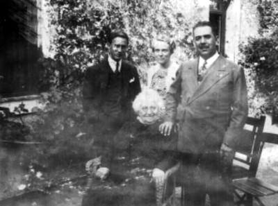 Lázaro Cárdenas en un jardín con Madame Roux y el Lic. Ramón Beteta