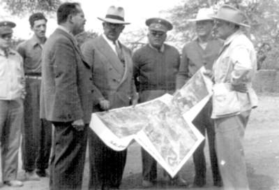 Lázaro Cárdenas conversa con Efraín Buenrostro y otros hombres