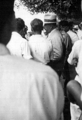 Lázaro Cárdenas rodeado de hombres durante una gira