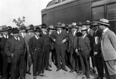 General Plutarco Elias Calles junto a un vagón de tren