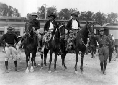 Militares a caballo y a pie, retrato de grupo