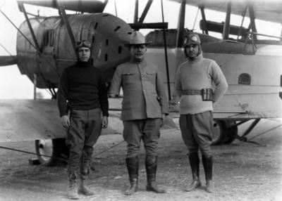 Alvaro Obregón acompañado de pilotos de la aviación militar, retrato