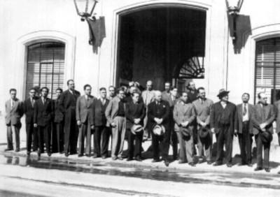 Felipe Teixidor y otros hombres en una calle, retrato de grupo