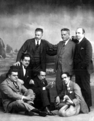 Escritores de traje frente a escenografía, retrato de grupo