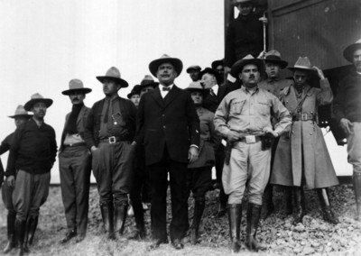 Alvaro Obregón, funcionarios civiles y militares bajan de un tren